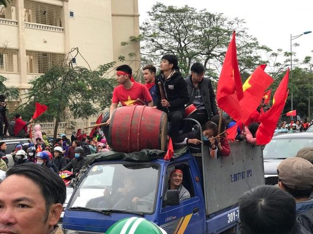 Trên đường Võ Chí Công, có rất nhiều xe cổ vũ mang theo cả trống kèn
