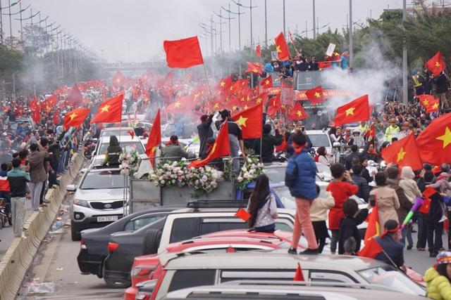 Xe chở U23 Việt Nam diễu hành giữa rừng cờ đỏ sao vàng - 20