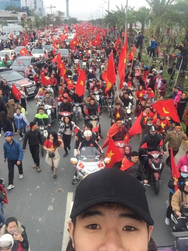 Hàng triệu người hâm mộ chạy đuổi theo chiếc xe bus chở các cầu thủ U23 Việt Nam. Đức Chinh nói rằng anh cảm thấy rất hạnh phúc.