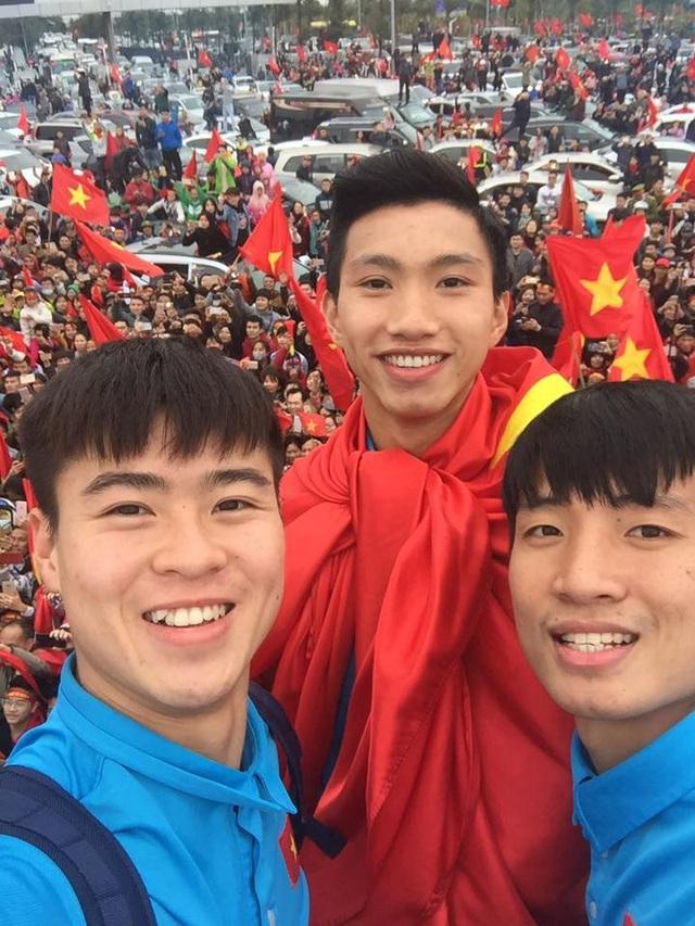 Duy Mạnh, Văn Hậu, Tiến Dũng chụp ảnh selfie với người hâm mộ