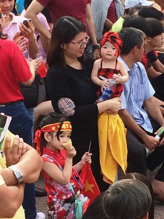 Còn đây là hai thiên thần đáng yêu cổ vũ U23 Việt Nam tại Công viên sông Hậu Cần Thơ - xem qua màn hình rộng