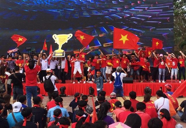 Những giờ đội cào tuyết làm việc ở SVĐ nơi U23 Việt Nam thi đấu thì tại sân khấu Công viên sông Hậu, các bạn trẻ đốt cháy bằng những ca khúc sôi động.