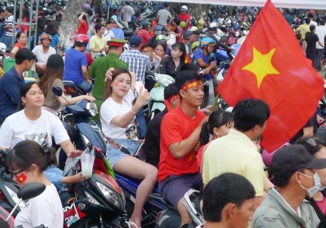 Những fan nữ xinh Cần Thơ đội nắng cổ vũ U23 Việt Nam - 3