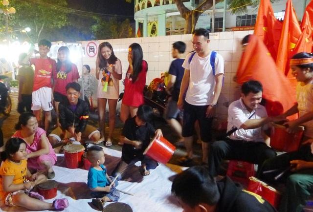 Các thiên thần nhí... đánh trống mừng U23 Việt Nam hoàn thành sứ mệnh lịch sử