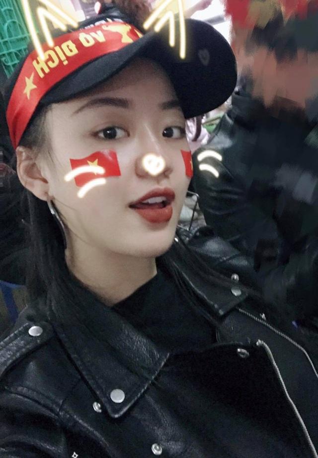 Hải Thu hòa vào dòng người đổ xuống đường cổ vũ cho U23 Việt Nam