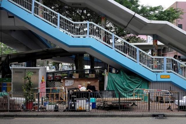 """Là một người vô gia cư, ông Cheung Muk-gun dựng tạm """"căn nhà"""" ở phía dưới gầm cầu dành cho người đi bộ tại Hong Kong để làm nơi sống qua ngày."""