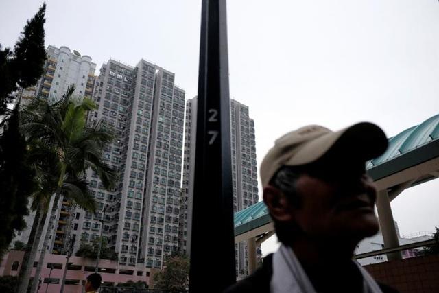 Cuộc sống của người vô gia cư đối lập với hình ảnh của những tòa chung cư cao tầng ở chốn phồn hoa Hong Kong.