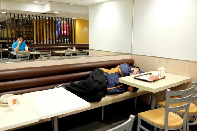 """""""Có hơn 120 trong số 240 cửa hàng McDonald ở Hong Kong mở cửa cả ngày lẫn đêm, nên nhiều khách hàng có thể đến đây và ngủ lại qua đêm. McDonald ở Hong Kong cho phép mọi người ở lại lâu trong cửa hàng vì nhiều lý do khác nhau"""", đại diện chuỗi cửa hàng đồ ăn nhanh nổi tiếng thế giới chia sẻ."""