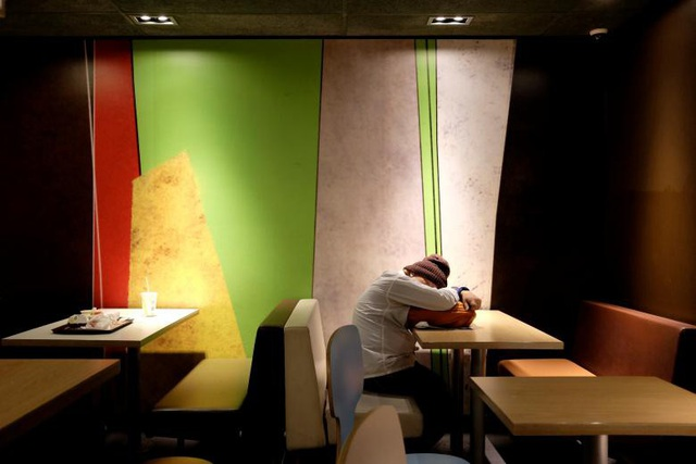 """Con số thống kê của chính quyền Hong Kong cho biết có khoảng 1.075 người thuộc diện """"ngủ ngoài đường"""" vào cuối năm 2017. Tuy nhiên, con số này chưa bao gồm các trường hợp ngủ qua đêm bên trong các cửa hàng đồ ăn nhanh dù số lượng này cũng chiếm tỷ lệ đáng kể."""