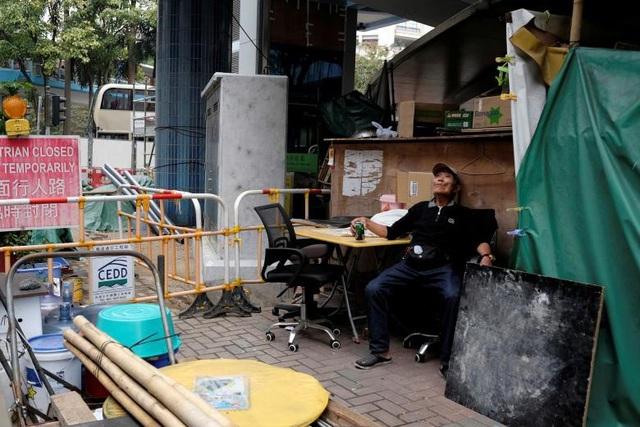 """Tuy nhiên số tiền kiếm được không giúp ông Cheung thuê hoặc sở hữu một căn nhà như ý ở Hong Kong. Với giá bất động sản tăng tới 200% trong 10 năm qua, giá thuê của một căn hộ siêu nhỏ và không có cửa sổ, thậm chí phải chia phòng với những người thuê khác, cũng đã rơi vào khoảng 2.000 đô la Hong Kong/tháng. Do vậy, ông Cheung muốn sống ở ngoài và chấp nhận với """"căn nhà"""" tạm dưới gầm cầu của mình."""