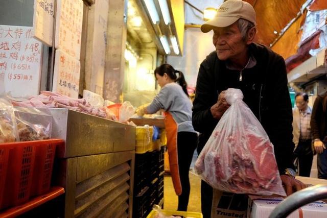 Người đàn ông 72 tuổi này làm việc 7 ngày/tuần tại một cửa hàng thịt đông lạnh ở khu Mong Kok và kiếm được khoảng 10.000 đô la Hong Kong (khoảng 1.279 USD)/tháng.