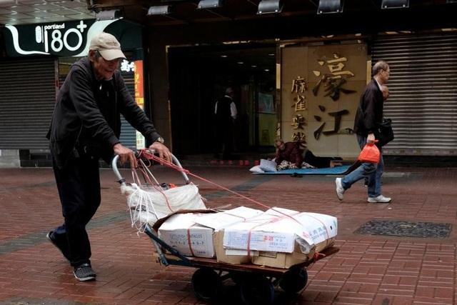 Ở độ tuổi 72, ông Cheung vẫn miệt mài đẩy xe hàng chở thịt tới khu chợ ở Mong Kok.