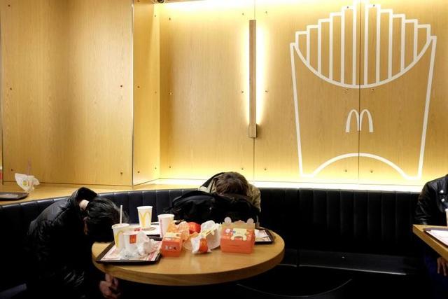 """Những người vô gia cư có thể ngủ qua đêm ở bên trong chuỗi nhà hàng ăn nhanh McDonald tại Hong Kong và họ được gọi là những """"McRefugee""""."""