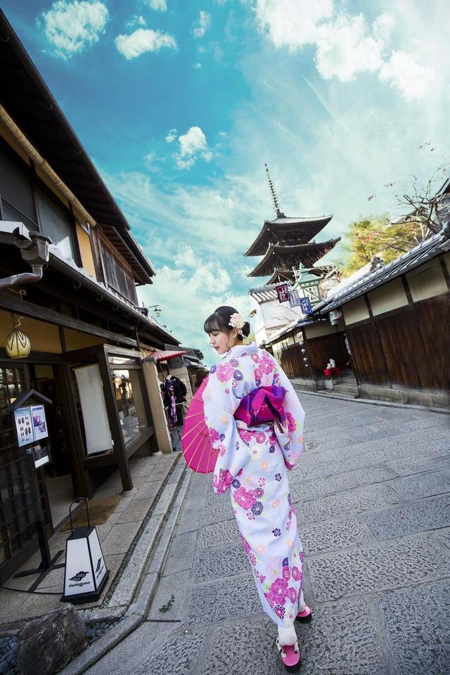 Cô gái Việt mặc kimono làm mẫu ảnh ở Kyoto.
