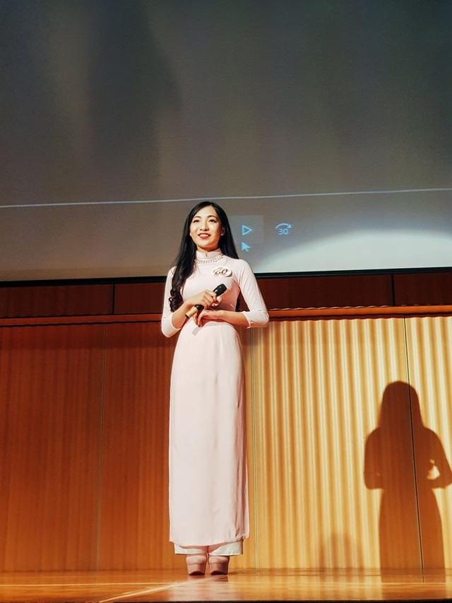 Cô gái Việt đẹp dịu dàng trong tà áo dài truyền thống.