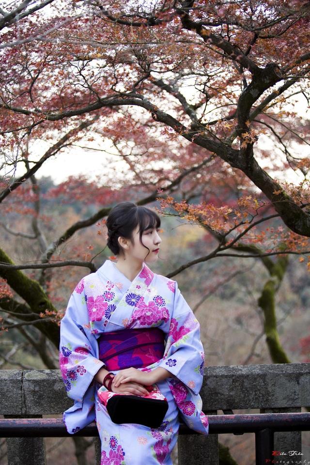 Mặc kimono làm mẫu ảnh ở Kyoto, Nhật Bản.