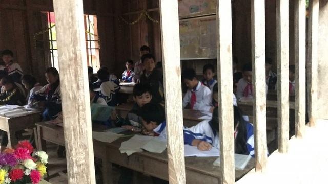 Lớp học không có cửa sổ che chắn chỉ là những song gỗ đơn sơ ...