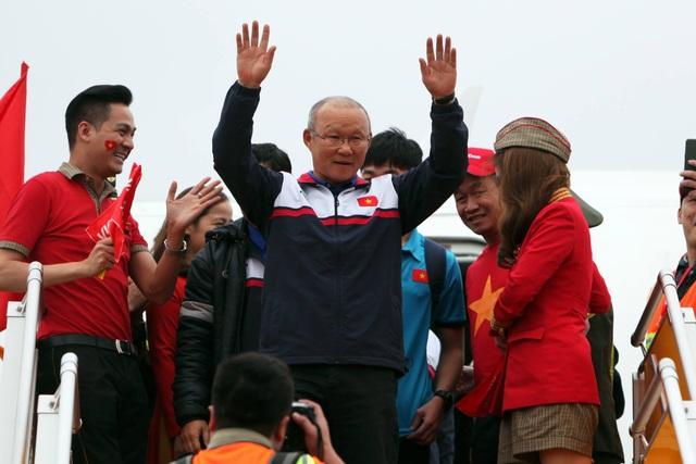 Huấn luyện viên Park Hang Seo tươi cười bước ra khỏi Chuyên cơ đón U23 Việt Nam trở về sau chiến thắng lịch sử tại Giải U23 Châu Á (Ảnh: Quý Đoàn)