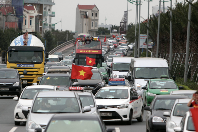Xe chở U23 Việt Nam diễu hành giữa rừng cờ đỏ sao vàng - 51