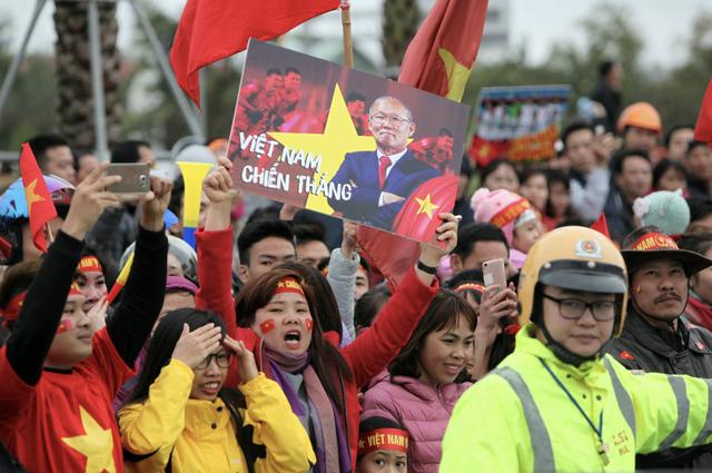 Xe chở U23 Việt Nam diễu hành giữa rừng cờ đỏ sao vàng - 50