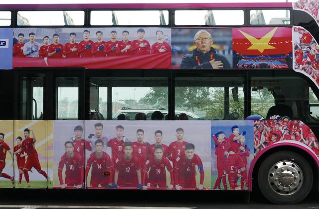 Xe chở U23 Việt Nam diễu hành giữa rừng cờ đỏ sao vàng - 49
