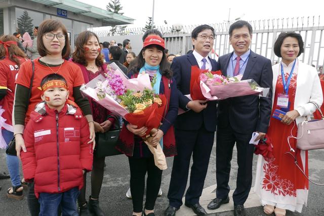 Mẹ của Thủ môn Bùi Tiến Dũng cùng gia đình cũng có mặt ở Sân bay Nội Bài