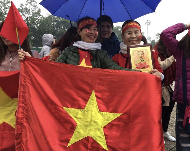 Xe chở U23 Việt Nam diễu hành giữa rừng cờ đỏ sao vàng - 39