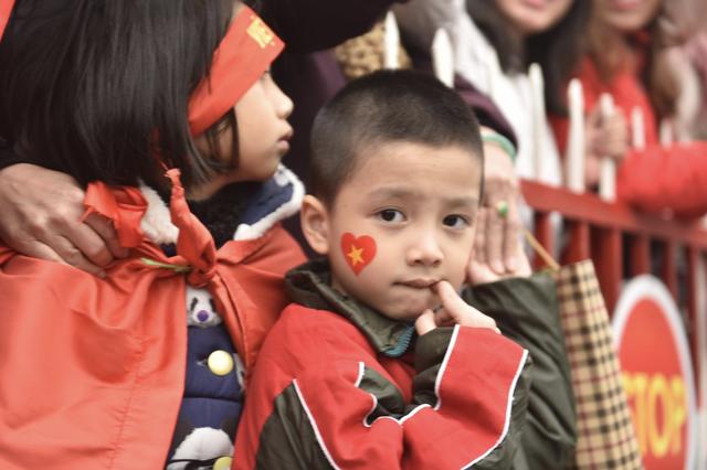 Xe chở U23 Việt Nam diễu hành giữa rừng cờ đỏ sao vàng - 41