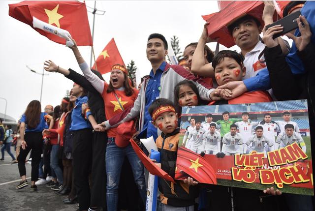 Xe chở U23 Việt Nam diễu hành giữa rừng cờ đỏ sao vàng - 42