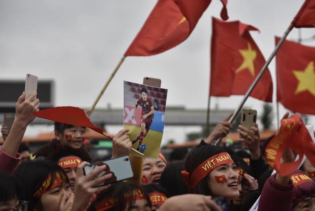 Xe chở U23 Việt Nam diễu hành giữa rừng cờ đỏ sao vàng - 43