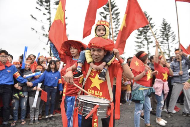 Xe chở U23 Việt Nam diễu hành giữa rừng cờ đỏ sao vàng - 44