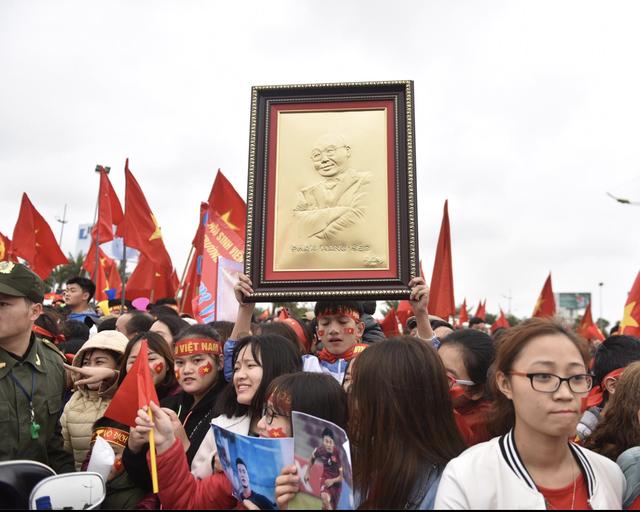 Xe chở U23 Việt Nam diễu hành giữa rừng cờ đỏ sao vàng - 45