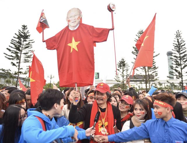 Xe chở U23 Việt Nam diễu hành giữa rừng cờ đỏ sao vàng - 46