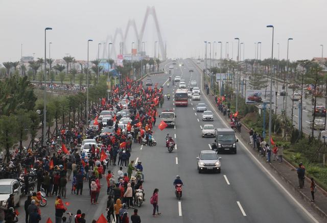 Xe chở U23 Việt Nam diễu hành giữa rừng cờ đỏ sao vàng - 47