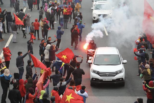 Cổ động viên khu vực cầu Nhật Tân đã đốt pháo sáng