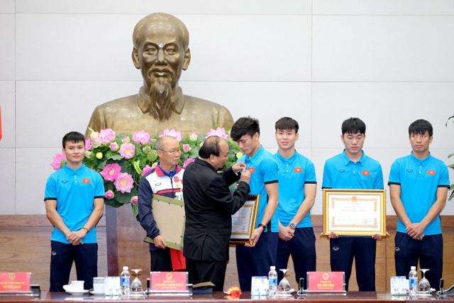 Thủ tướng trao Huân chương lao động hạng ba cho thủ môn Bùi Tiến Dũng