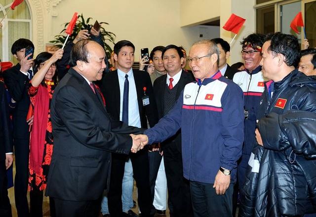 Thủ tướng bắt tay chúc mừng Huấn luyện viên Park Hang-seo khi đoàn tới trụ sở Chính phủ