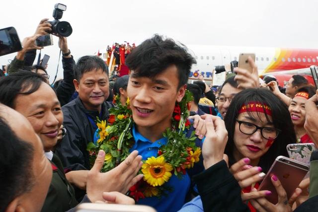 Xe chở U23 Việt Nam diễu hành giữa rừng cờ đỏ sao vàng - 29