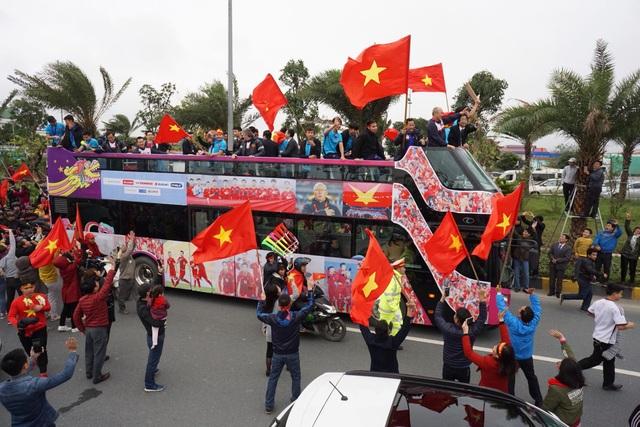 Xe chở U23 Việt Nam diễu hành giữa rừng cờ đỏ sao vàng - 18