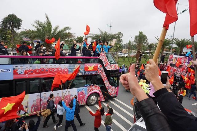 Xe chở U23 Việt Nam diễu hành giữa rừng cờ đỏ sao vàng - 17