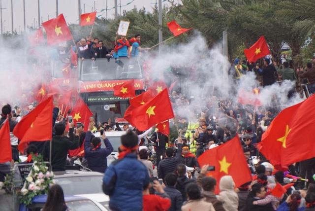 """Xe buýt chở đoàn quân của HLV Park Hang Seo """"chôn chân"""" trên đường - 1"""