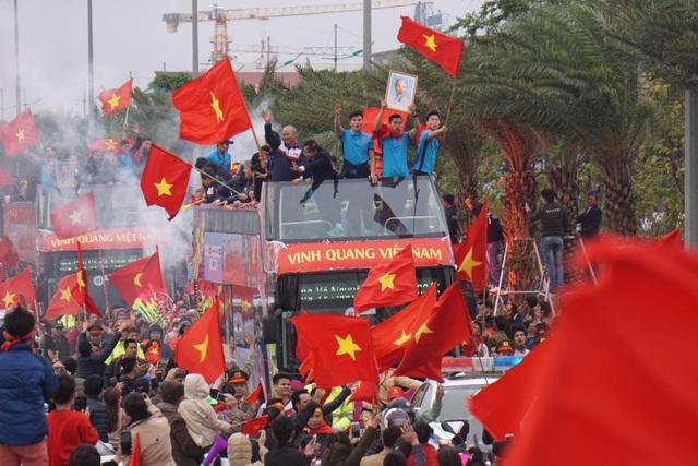 """Xe buýt chở đoàn quân của HLV Park Hang Seo """"chôn chân"""" trên đường - 4"""