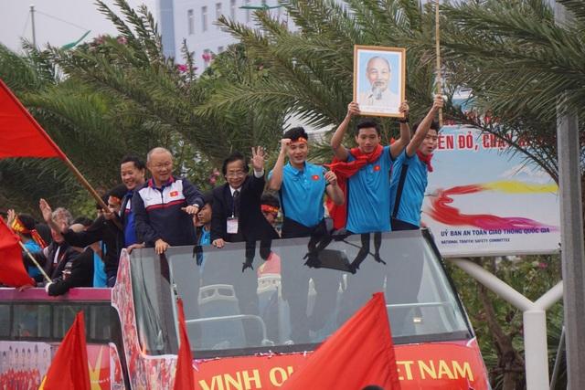 """Xe buýt chở đoàn quân của HLV Park Hang Seo """"chôn chân"""" trên đường - 6"""