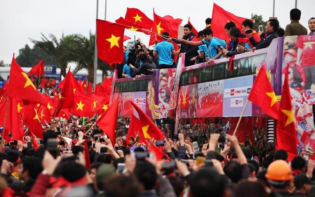 """Xe buýt chở đoàn quân của HLV Park Hang Seo """"chôn chân"""" trên đường - 7"""