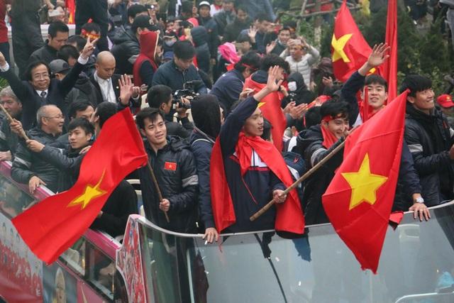 Xe chở U23 Việt Nam diễu hành giữa rừng cờ đỏ sao vàng - 9
