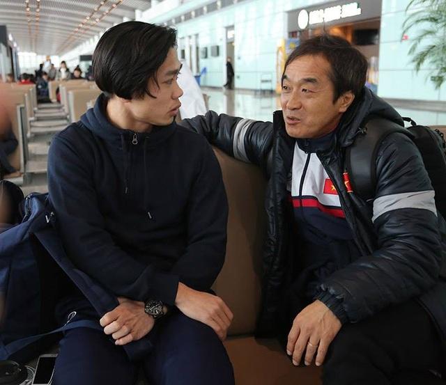Công Phượng và trợ lý người Hàn Quốc của U23 Việt Nam