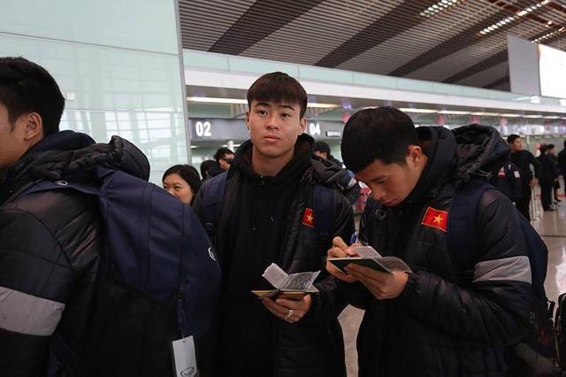 Các cầu thủ U23 Việt Nam làm thủ tục xuất cảnh để chuẩn bị bay về nước