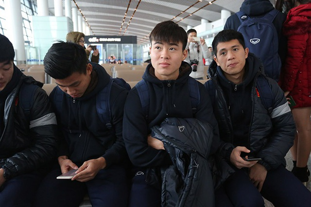 Duy Mạnh và đồng đội ở sân bay, toàn đội sẽ bay từ Thường Châu lúc 10h và sẽ có mặt ở Nội Bài lúc 12h