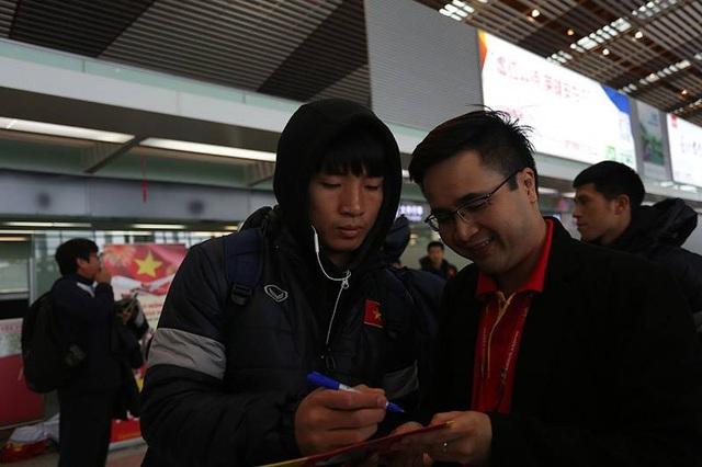 Cầu thủ U23 Việt Nam tặng chữ ký người hâm mộ ở sân bay Thường Châu