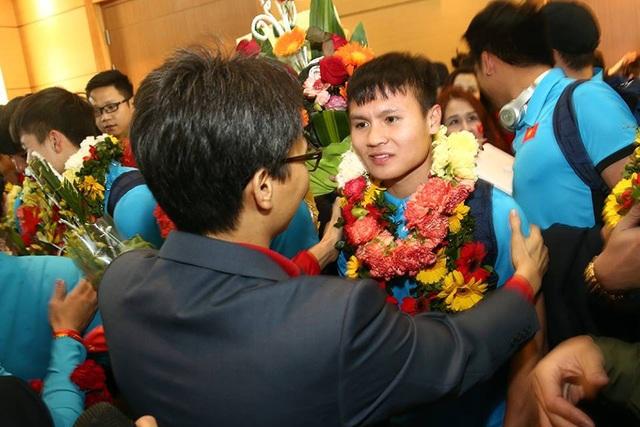 Phó Thủ tướng Vũ Đức Đam tặng hoa, chúc mừng cầu thủ Nguyễn Quang Hải